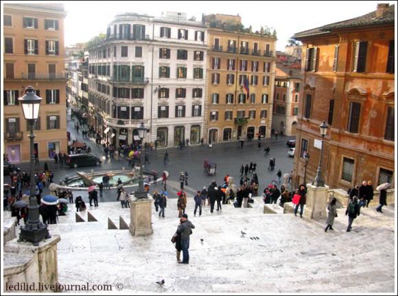 Площадь Испании с Испанской лестницей, после фонтана Баркачча (сверху слева) начинается виа Кондотти.  Фото Дмитрия Лиховия