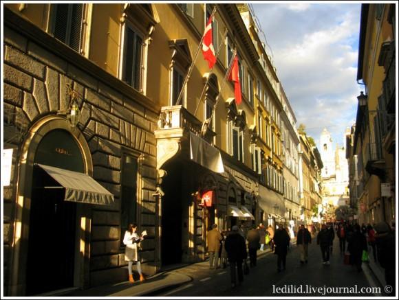 """... Слева - бутик """"Эрмес"""".  Над въездом на территорию суверенного государства - мальтийские флаги"""