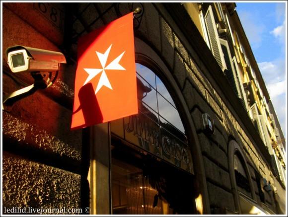 """Справа от Палаццо Мальта - бутик """"Джимми Чу"""" ..."""
