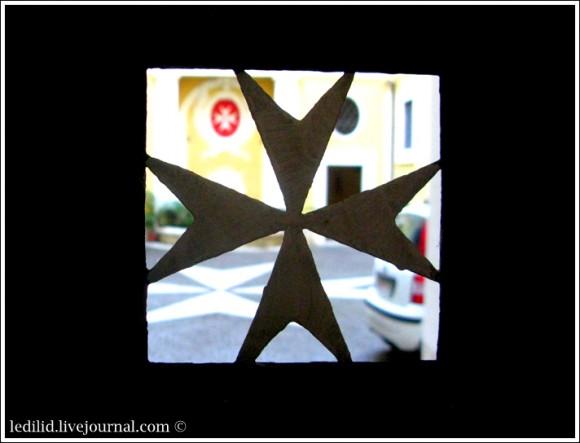 Мальтийский крест на воротах Палаццо Мальта