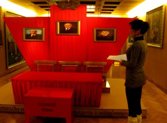 Красная президиум в зале выборов