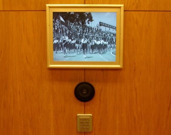 На стенах - экраны, на которых идет трансляция коммунистических парадов