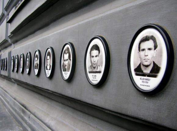 На фасаде - портреты замученных в этом здании