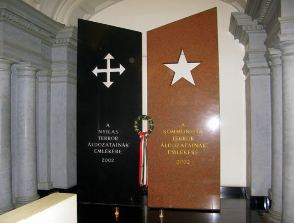Две стелы на входе - с символикой нацистского и коммунистического режимов