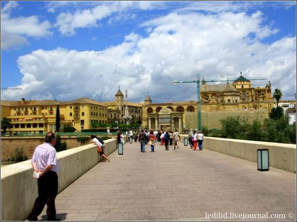 Римський міст (Puente Romano). У кінці видно ворота Porta del Puente, зведені 1572 р. Колись це був головний в'їзд у місто