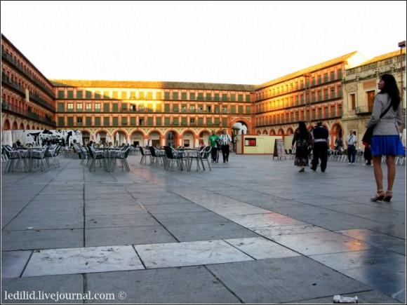 Площа Корредера - Plaza de la Corredera, оточена будівлями 1683 р. У давнину – місце проведення корид