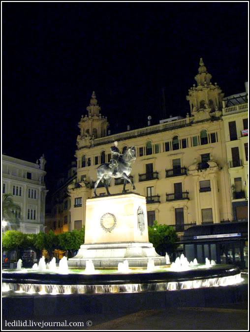 Нічна пласа де лас Тендільяс із кінним пам'ятником Гонсало Фернандесу де Кордова (1453-1515).  Цей іспанський генерал і військовий реформатор мав прізвисько Великий Капітан (El Gran Capitán) та, за однією з версій, був одним з основоположників тактики ведення позиційної війни.  Саме Фернандес вибив мусульман із Гранади, внаслідок чого магометанський емірат на Піренейському півострові перестав існувати