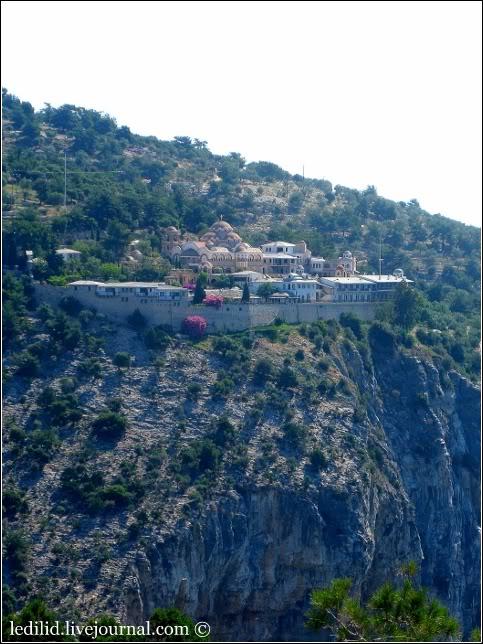 Жіночий монастир архангела Михайла на горі відкритий для туристів. Тут у часи ранніх християн жив святий самітник Лука