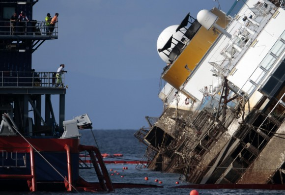 Через 9 часов после начала операции. Грязная часть корабля - та, что раньше была под водой