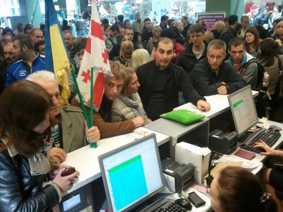 Пасажири рейсу на Кутаїсі штурмують стійки реєстрації. Фото з Facebook Азада Сафарова
