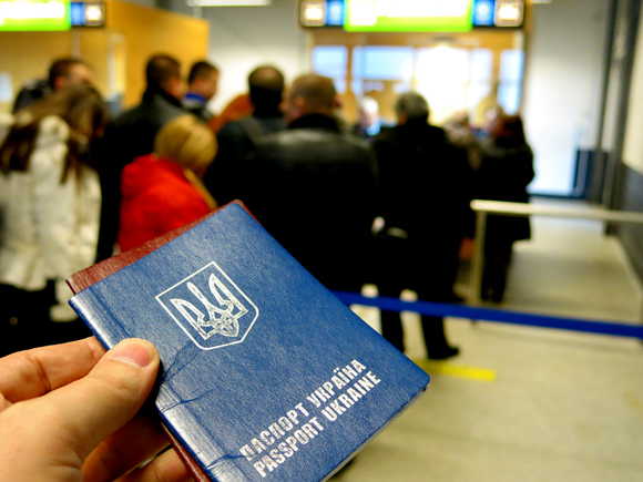 """У черзі на паспортний контроль в одному з аеропортів Німеччини. Фото """"Смаку подорожника"""""""