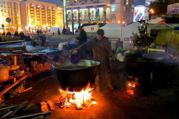 """Російський бізнесмен пропонував """"пакетникам"""" борщ із казанів на Майдані. Фото """"Смаку подорожника"""""""