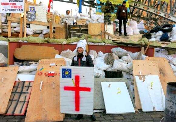 """Гості Майдану залюбки фотографуються на тлі барикад. Фото """"Смаку подорожника"""""""
