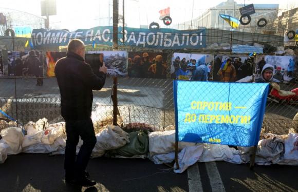 """Барикади на Хрещатику з боку Європейської площі. Фото """"Смаку подорожника"""""""