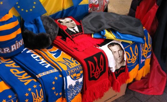 """Бандера й Кличко - поруч на сувенірних розкладках. Фото """"Смаку подорожника"""""""