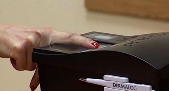 Так сканують пальці для нового паспорта