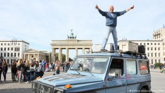 76-річний Гюнтер Голторф наприкінці подорожі в жовтні 2014 року біля Бранденбурзьких воріт у Берліні