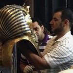 У Каїрському музеї розбили знамениту маску Тутанхамона. І сяк-так зліпили епоксидкою. ФОТО