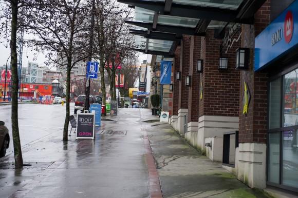 Лонсдейл-авеню в Північному Ванкувері. Тут знімали, як Анастейша в блакитній толстовці робить пробіжку