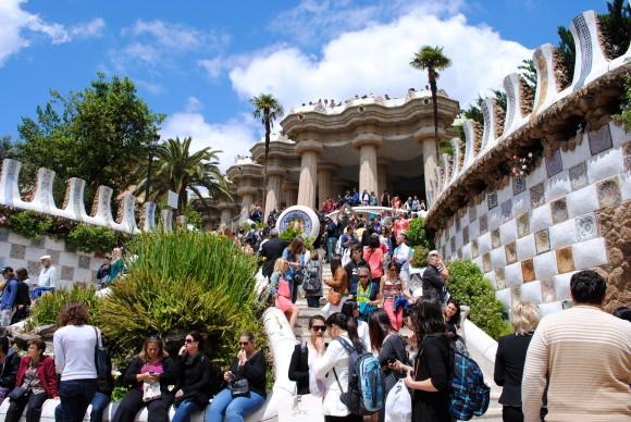 Парк Гуель із роботами знаменитого архітектора Антоніо Гауді - одна з головних туристичних принад Барселони