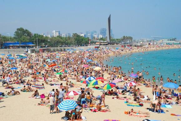 Барселонський пляж у розпал сезону