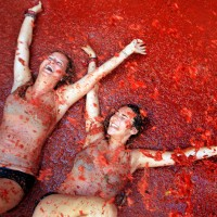 Force Majeure of La Tomatina 2015: participants of tomato battle crashed the Google car